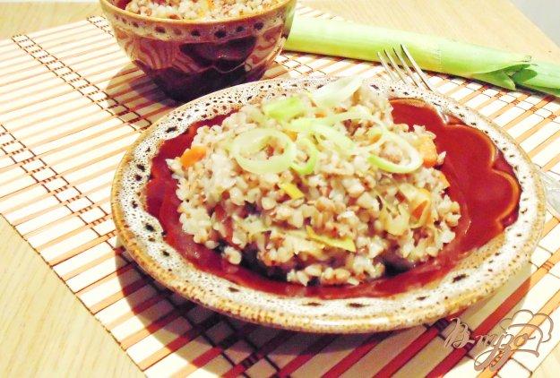фото рецепта: Гречневая каша с луком-пореем и морковью