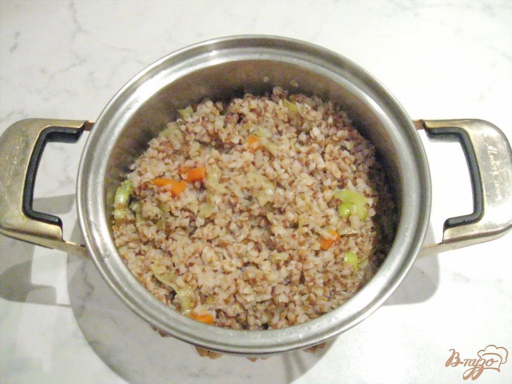 Фото приготовление рецепта: Гречневая каша с луком-пореем и морковью шаг №6