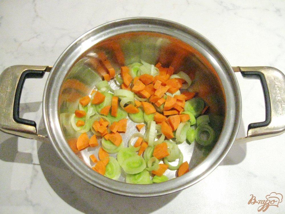 Фото приготовление рецепта: Гречневая каша с луком-пореем и морковью шаг №2