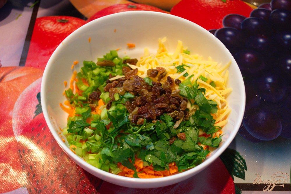 Фото приготовление рецепта: Морковный салат с тертым сыром шаг №4