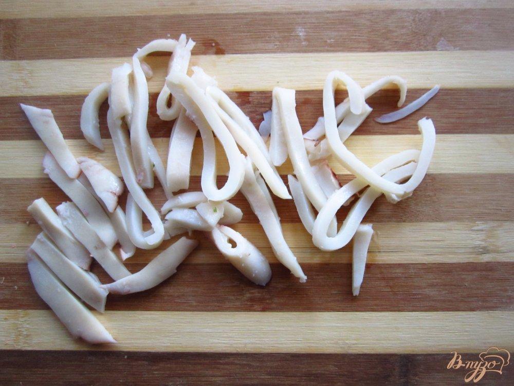 Фото приготовление рецепта: Салат с кальмарами и яйцом шаг №2