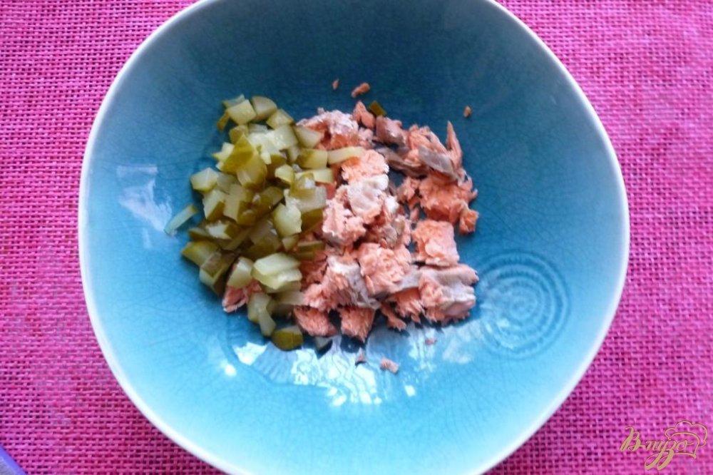 Рецепт салата из сухариков и рыбы