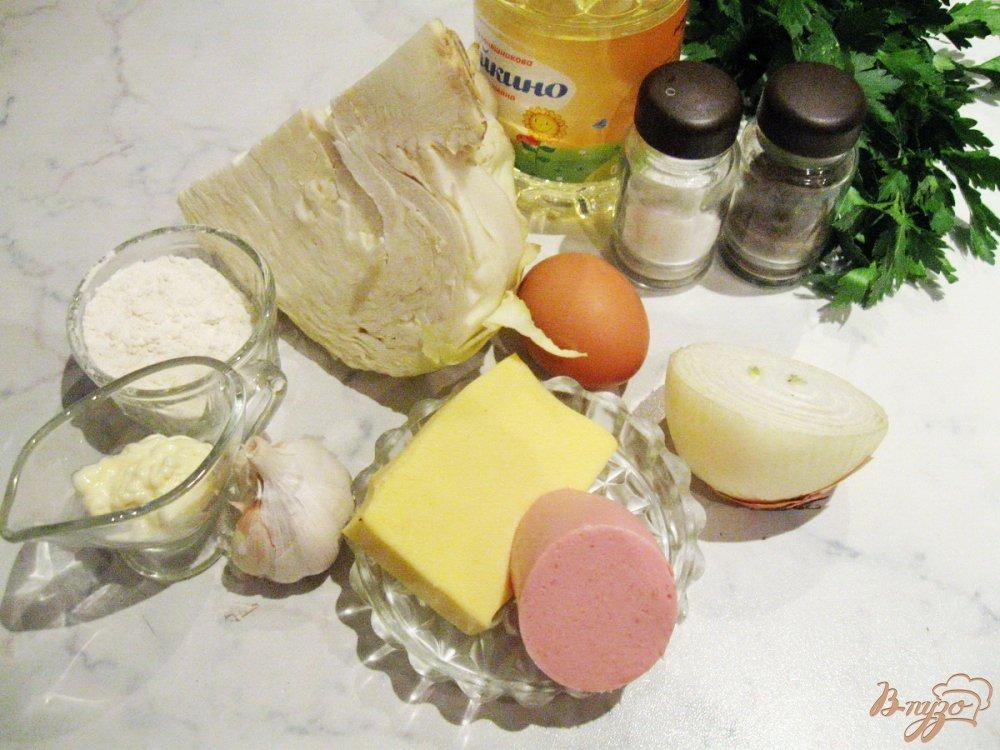 Фото приготовление рецепта: Оладьи из капусты с колбасой и сыром шаг №1