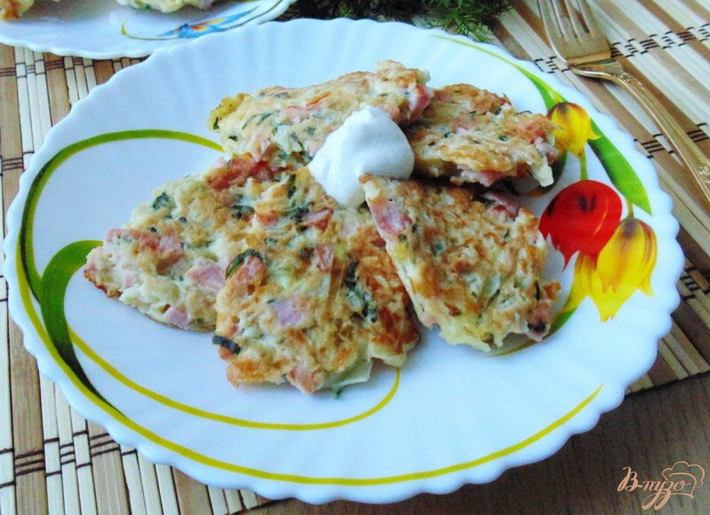 Фото приготовление рецепта: Оладьи из капусты с колбасой и сыром шаг №10