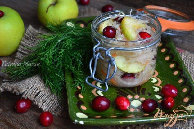 фото рецепта: Квашеная капуста с яблоками и клюквой