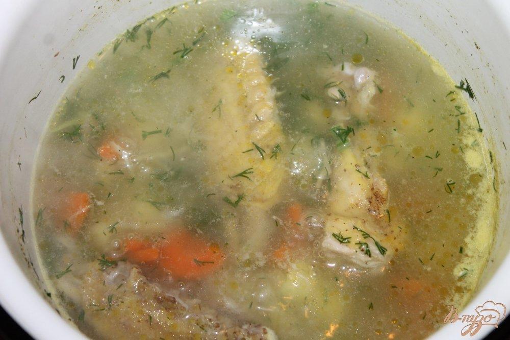Фото приготовление рецепта: Куриный супчик с вермишелью и яйцом шаг №5