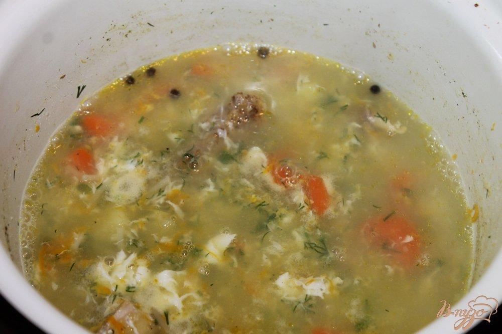 Фото приготовление рецепта: Куриный супчик с вермишелью и яйцом шаг №6