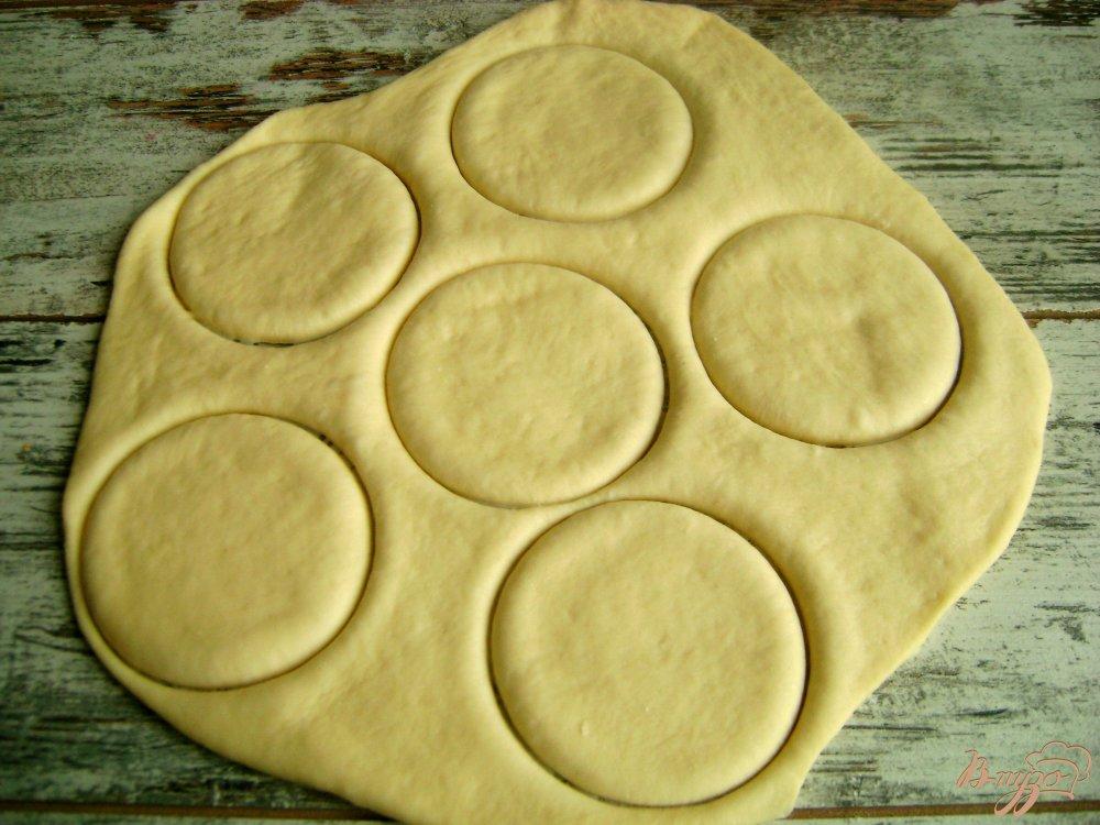 Фото приготовление рецепта: Банкетные мини-пирожки с семгой и рисом шаг №7