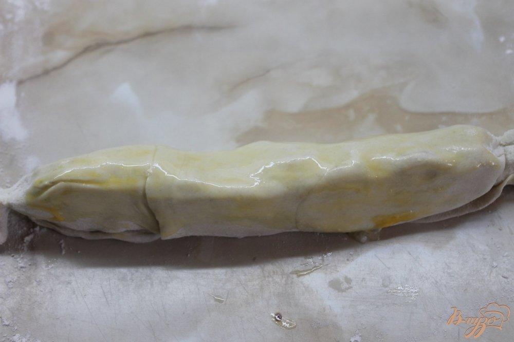 Фото приготовление рецепта: Сладкая слоеная булочка с яблоками и шоколадом шаг №5