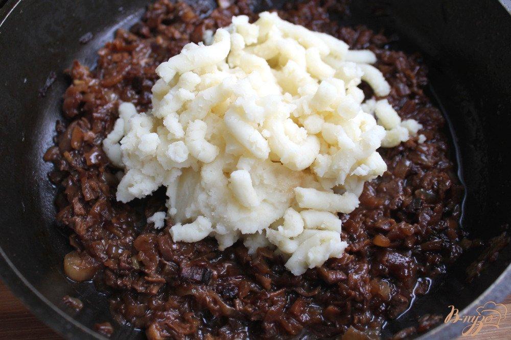 Фото приготовление рецепта: Блины с грибами и картофелем шаг №7