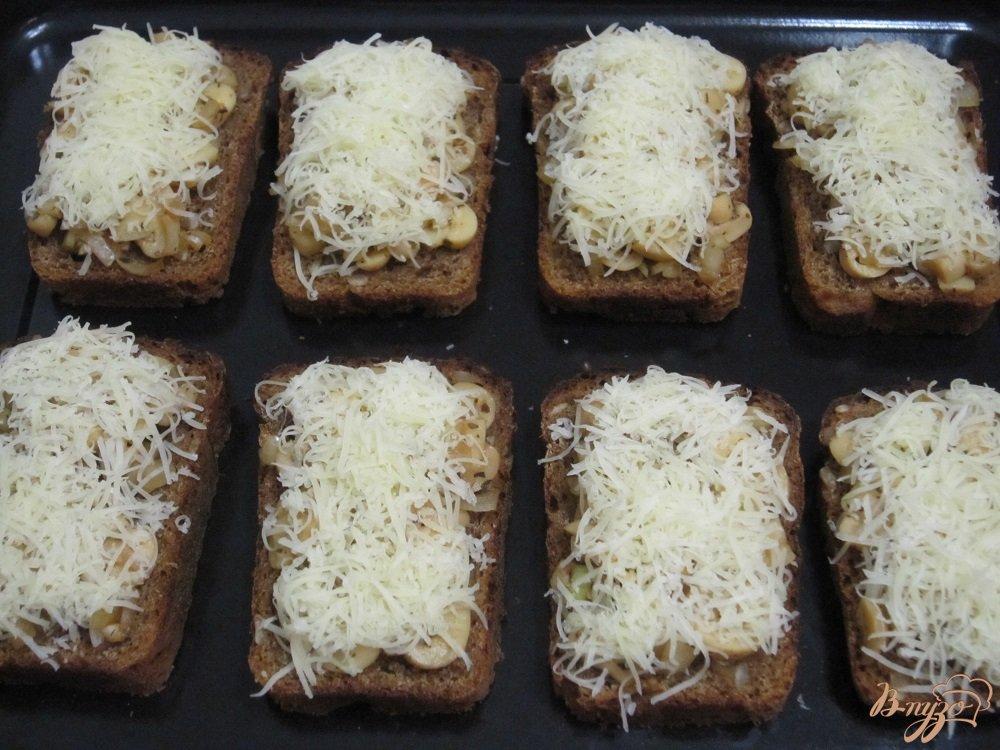 Фото приготовление рецепта: Фитнес-бутерброды с грибами в духовке шаг №7
