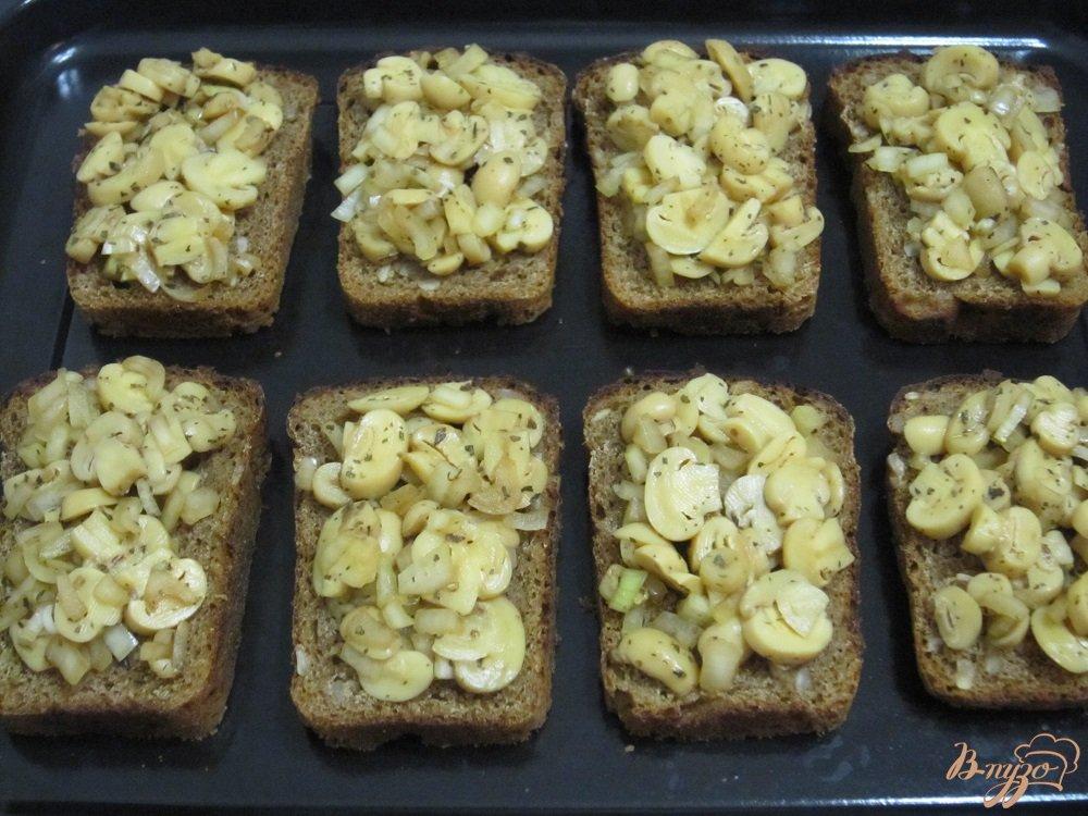 Фото приготовление рецепта: Фитнес-бутерброды с грибами в духовке шаг №6