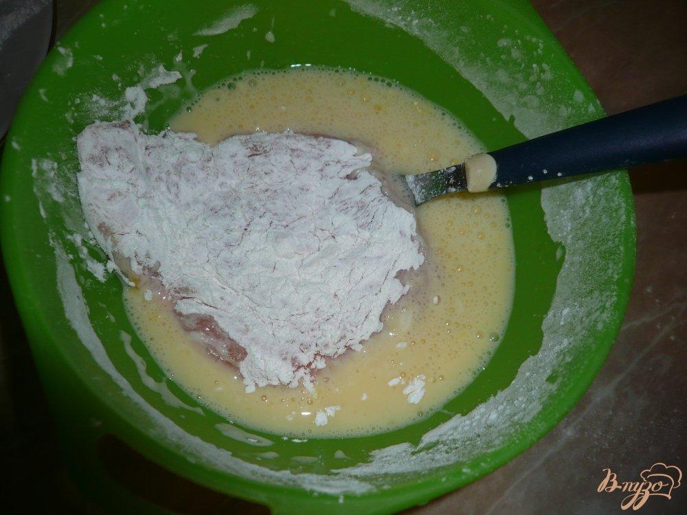 Фото приготовление рецепта: Сочные куриные отбивные в кляре шаг №7