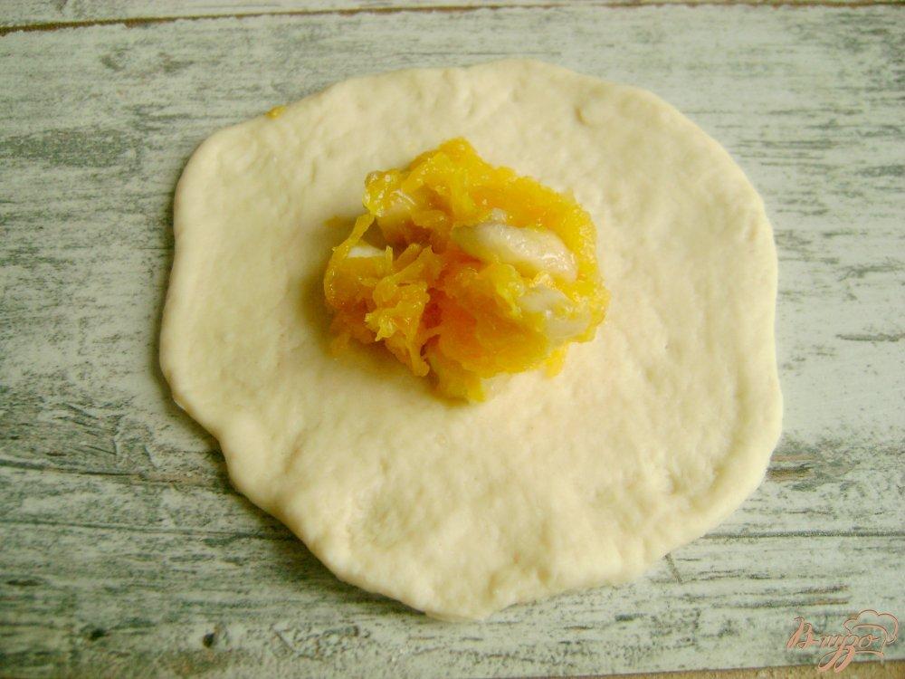 Фото приготовление рецепта: Треугольнички с тыквой и бананами шаг №7