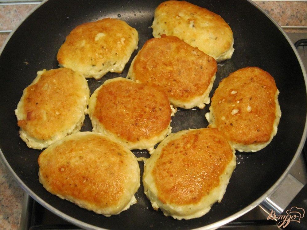 Фото приготовление рецепта: Котлетки из сыра шаг №6