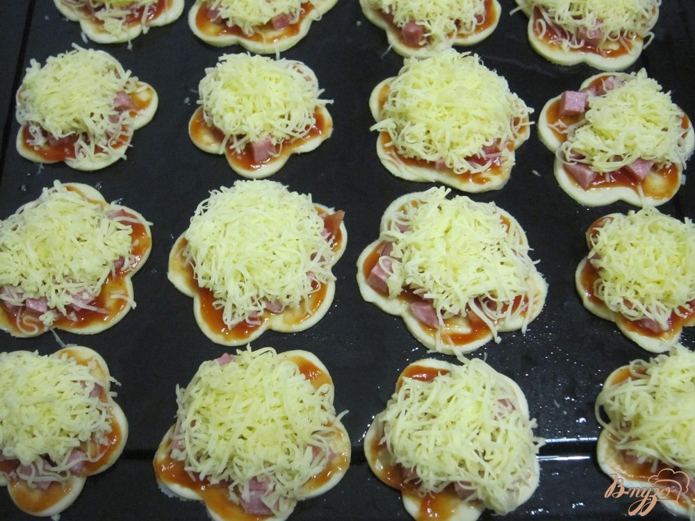 Фото приготовление рецепта: Быстрые мини-пиццы шаг №6
