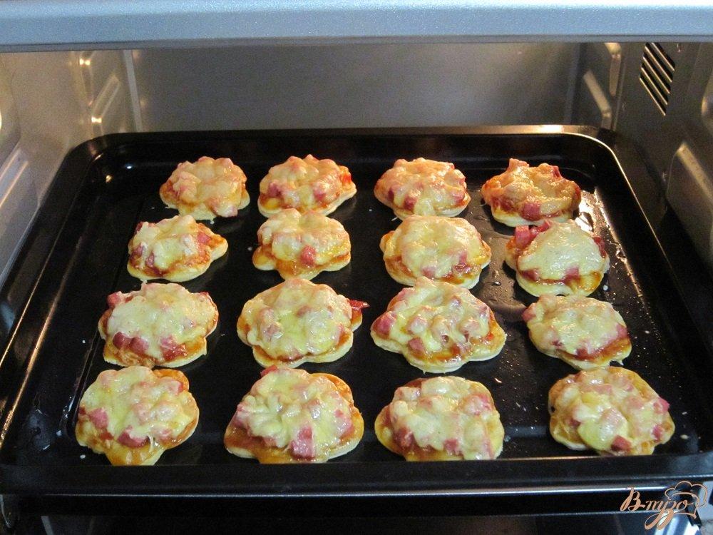 Фото приготовление рецепта: Быстрые мини-пиццы шаг №7