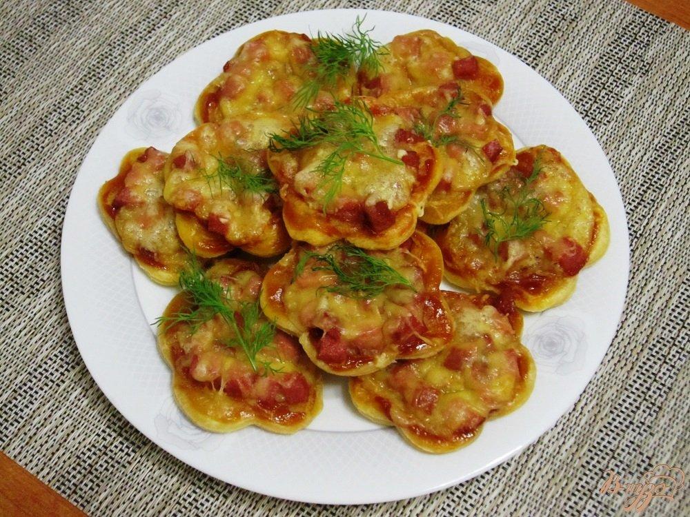Фото приготовление рецепта: Быстрые мини-пиццы шаг №8