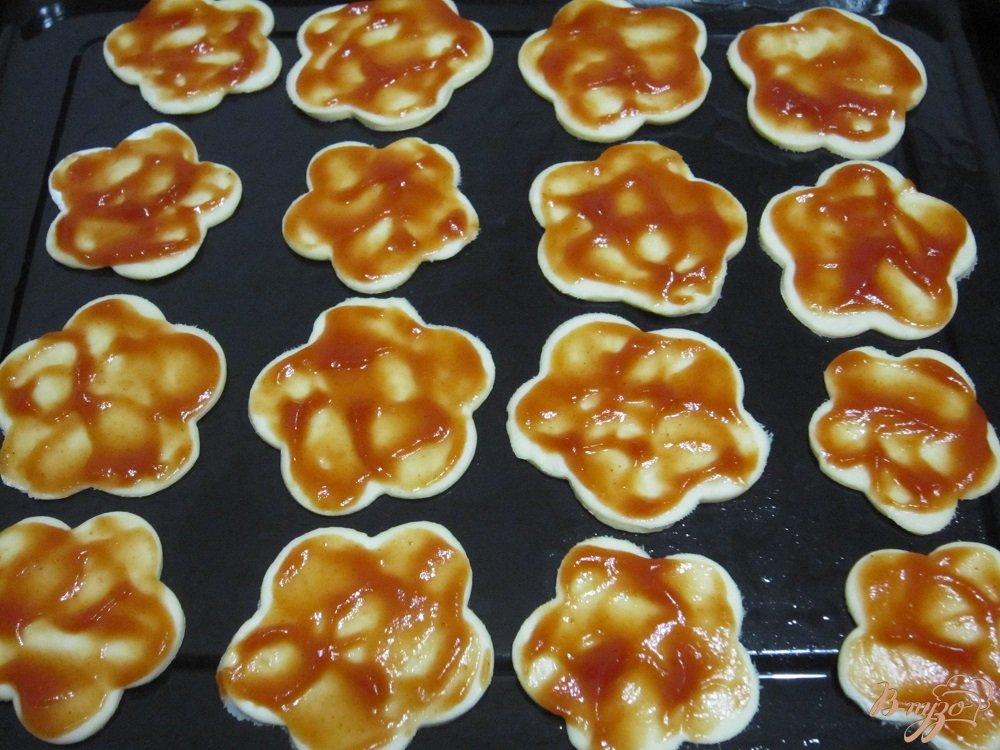 Фото приготовление рецепта: Быстрые мини-пиццы шаг №4