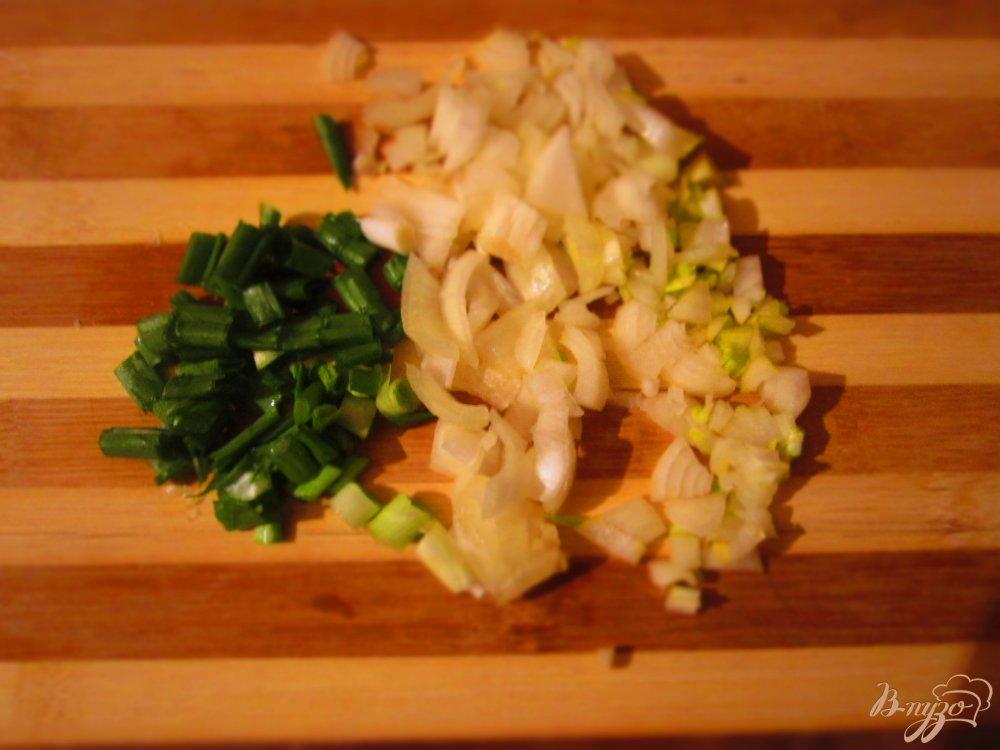 Фото приготовление рецепта: Свиные котлеты с черным хлебом и тмином шаг №3