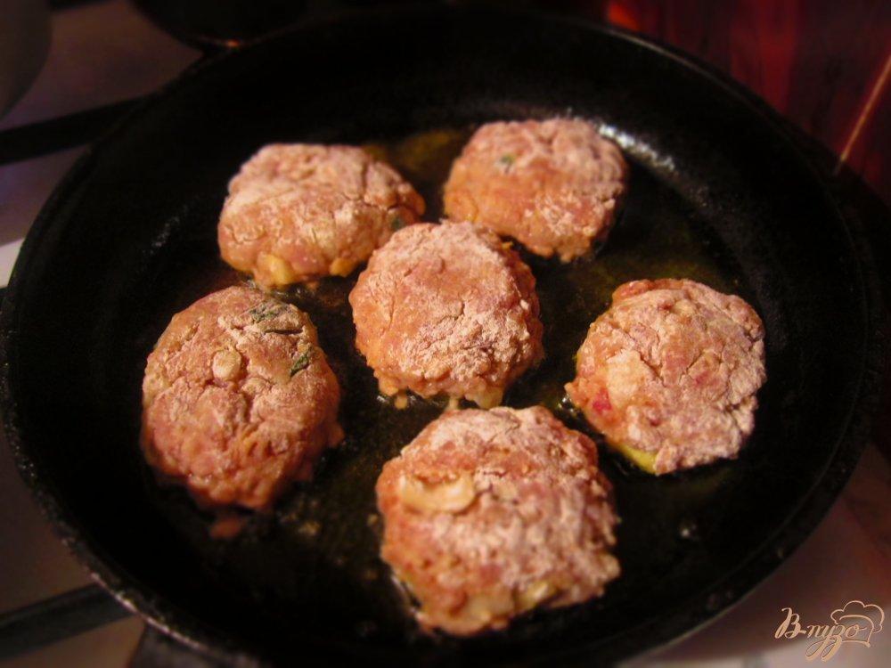 Фото приготовление рецепта: Свиные котлеты с черным хлебом и тмином шаг №6