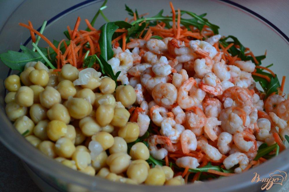Фото приготовление рецепта: Салат из моркови, креветок и нута шаг №2