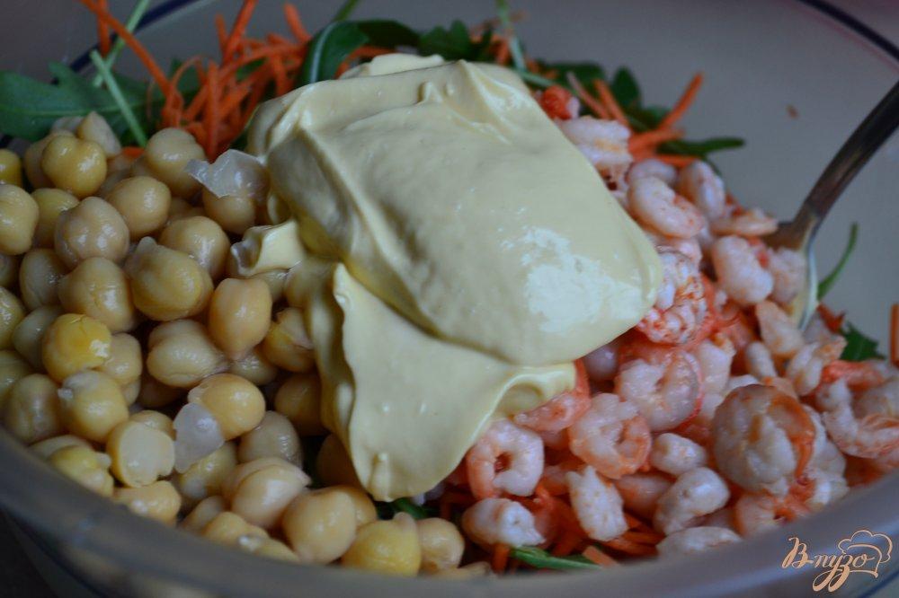 Фото приготовление рецепта: Салат из моркови, креветок и нута шаг №3