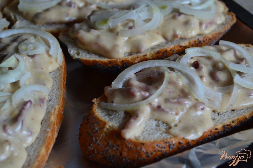 Фото приготовление рецепта: Горячие бутерброды с ветчиной шаг №6