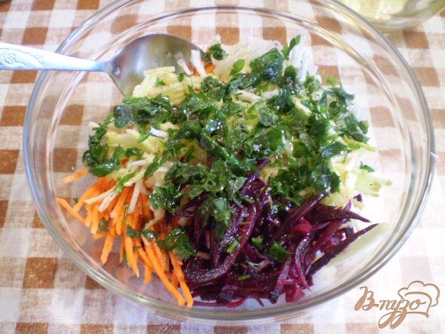 Фото приготовление рецепта: Салат овощной с редькой и яблоком шаг №6