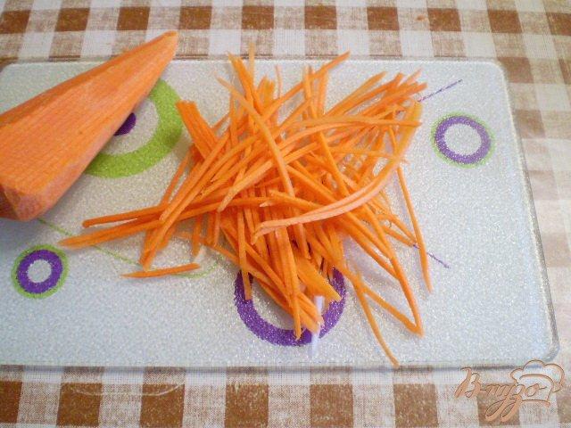 Фото приготовление рецепта: Салат овощной с редькой и яблоком шаг №4