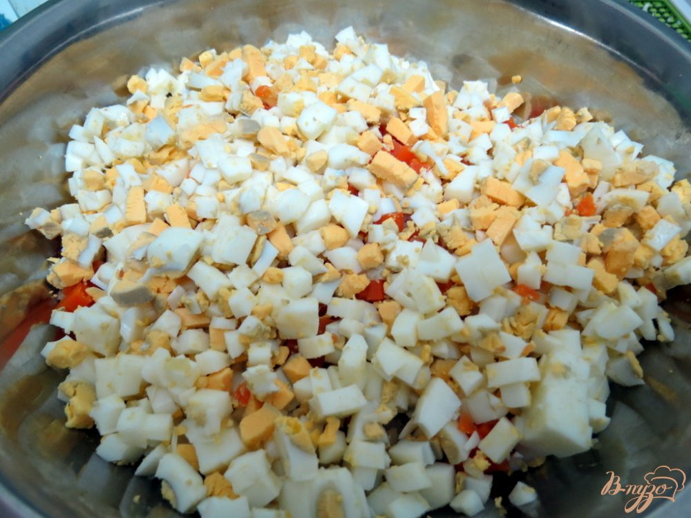 Фото приготовление рецепта: Салат мясной с ветчиной и грибами шаг №8