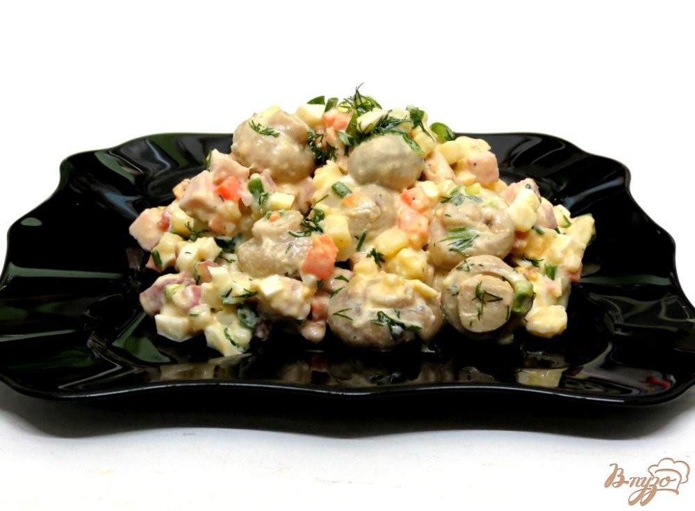 Фото приготовление рецепта: Салат мясной с ветчиной и грибами шаг №9
