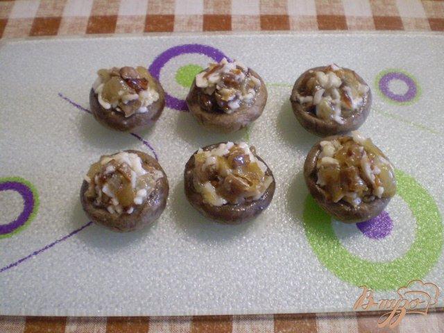 Фото приготовление рецепта: Грибы запеченные с луком и сыром шаг №6