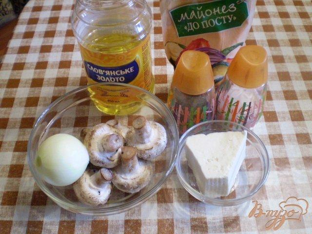 Фото приготовление рецепта: Грибы запеченные с луком и сыром шаг №1