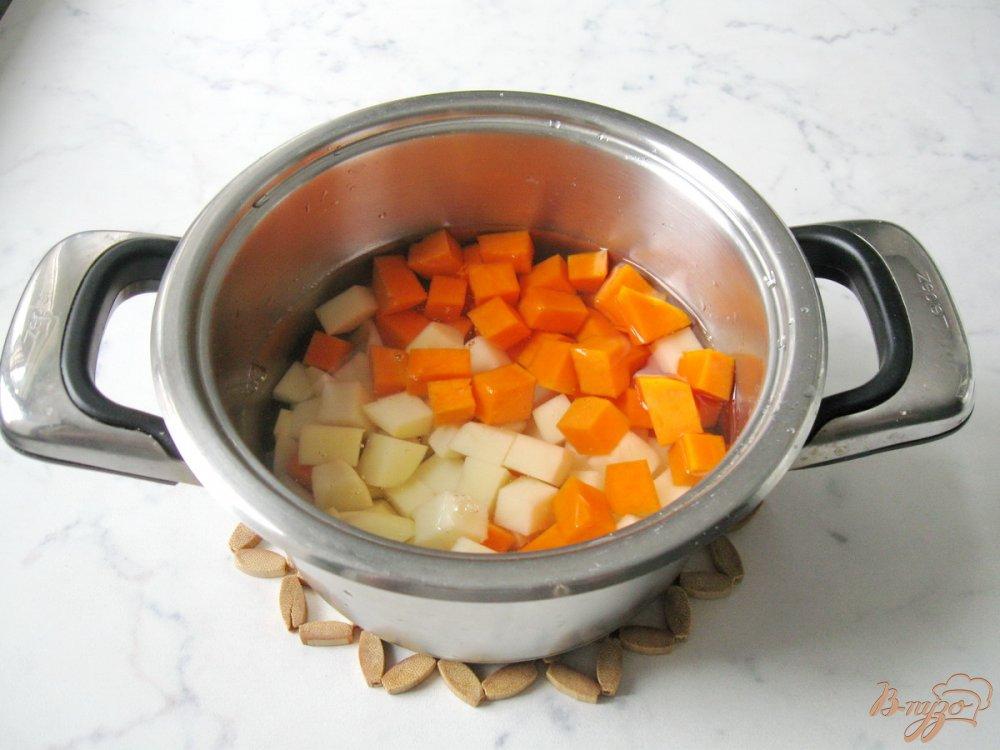 Фото приготовление рецепта: Суп с тыквой и красной чечевицей шаг №1