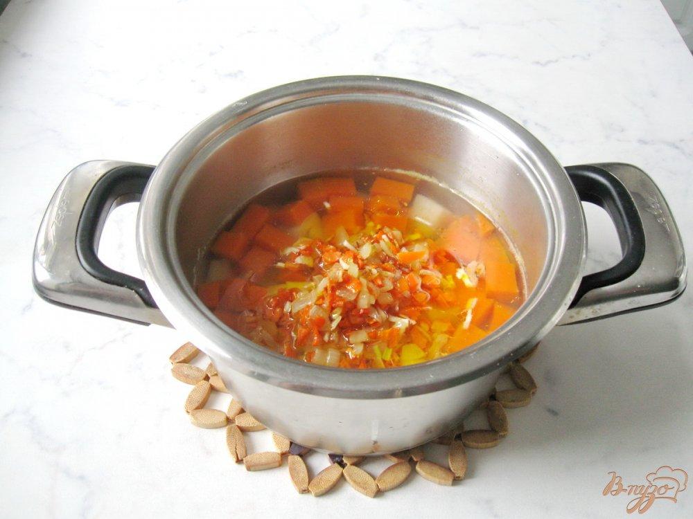 Фото приготовление рецепта: Суп с тыквой и красной чечевицей шаг №4