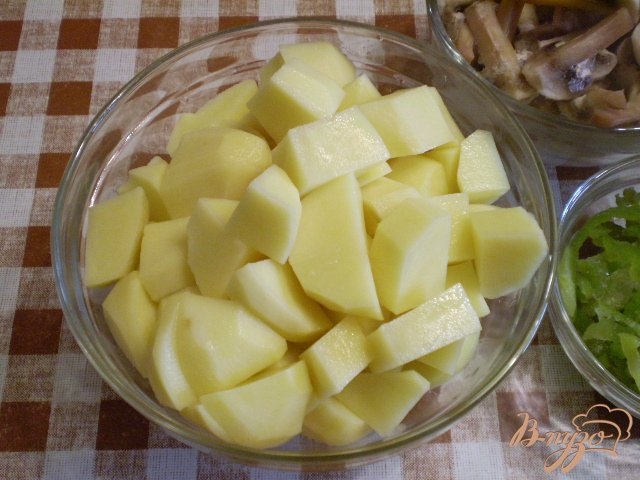Фото приготовление рецепта: Картофель с грибами в мультиварке шаг №2