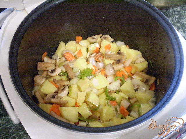 Фото приготовление рецепта: Картофель с грибами в мультиварке шаг №4