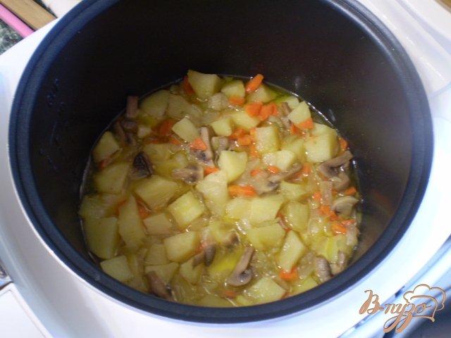 Фото приготовление рецепта: Картофель с грибами в мультиварке шаг №5