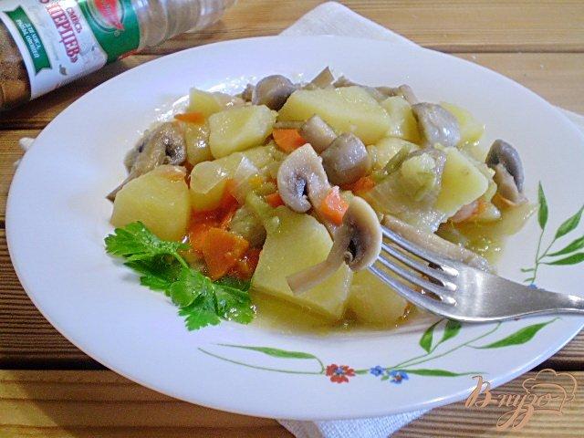 Фото приготовление рецепта: Картофель с грибами в мультиварке шаг №6