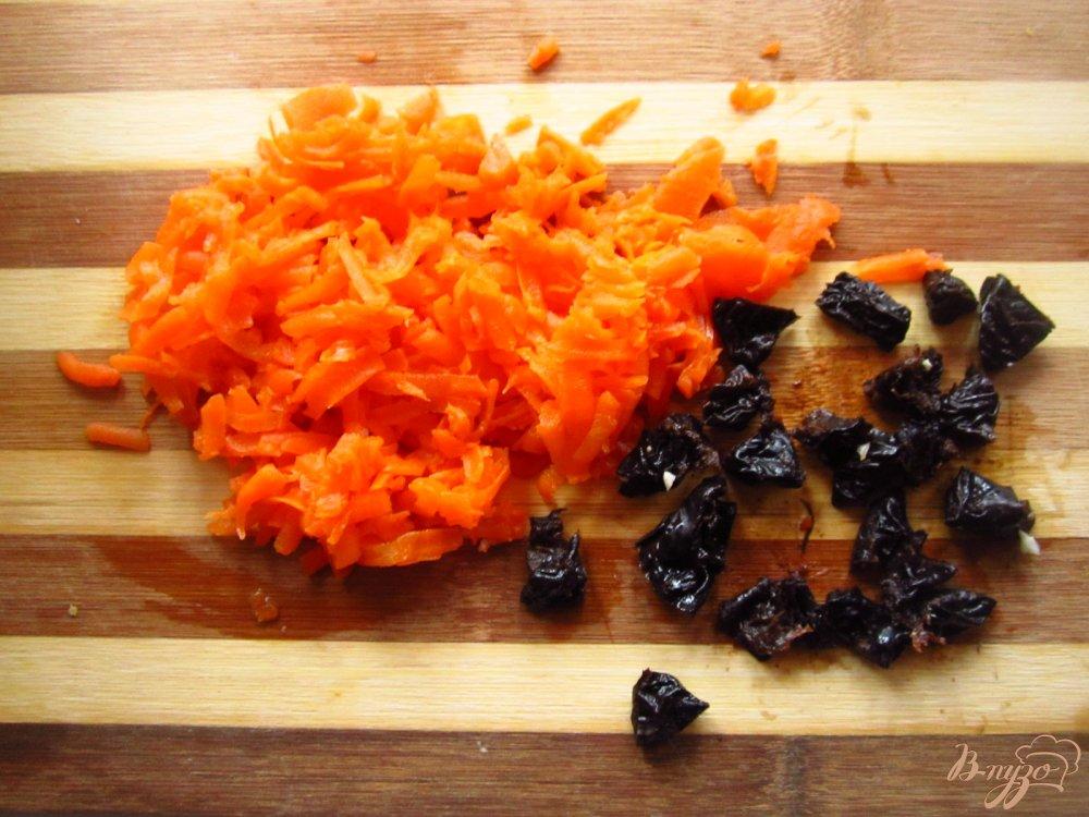 Фото приготовление рецепта: Салат с сыром фета, фасолью и черносливом шаг №2