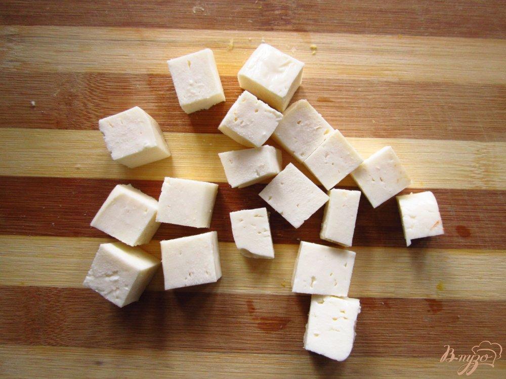 Фото приготовление рецепта: Салат с сыром фета, фасолью и черносливом шаг №4