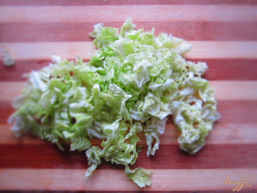 Фото приготовление рецепта: Салат с сыром фета, фасолью и черносливом шаг №3