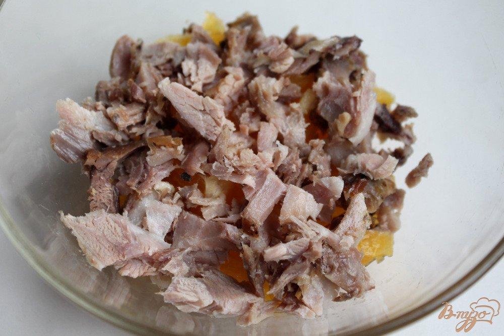 Фото приготовление рецепта: Салат с мясом, фруктами и черносливом шаг №2