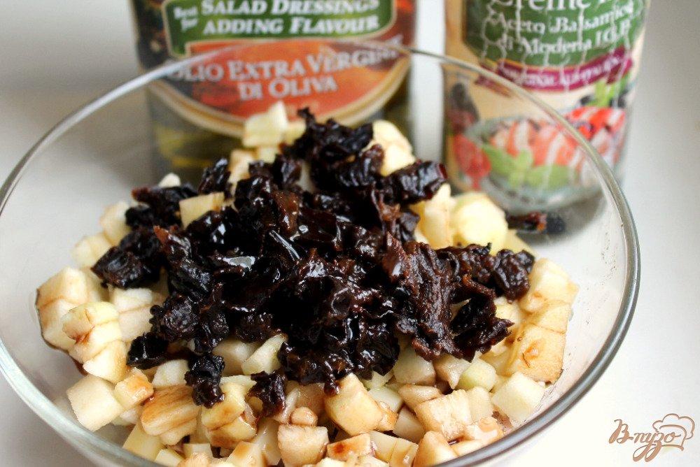 Фото приготовление рецепта: Салат с мясом, фруктами и черносливом шаг №7