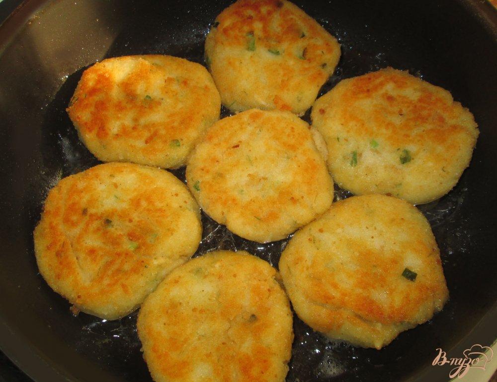 Фото приготовление рецепта: Картофельные котлеты шаг №4