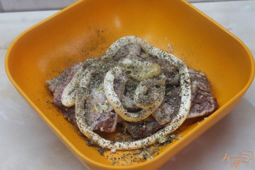 Фото приготовление рецепта: Запеченные свиные ребра с картофелью шаг №2