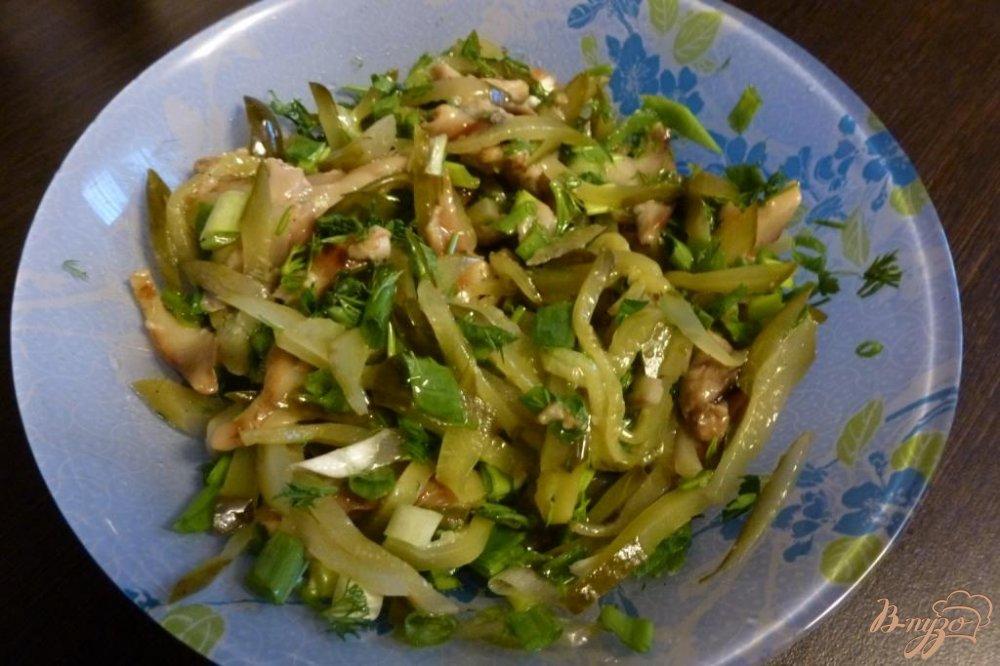 Фото приготовление рецепта: Салат из соленых огурцов и грибов шаг №5