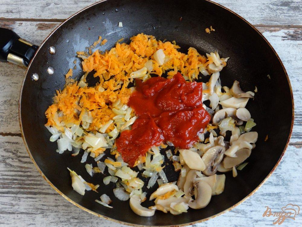 Фото приготовление рецепта: Свежие щи с грибами в мультиварке шаг №4
