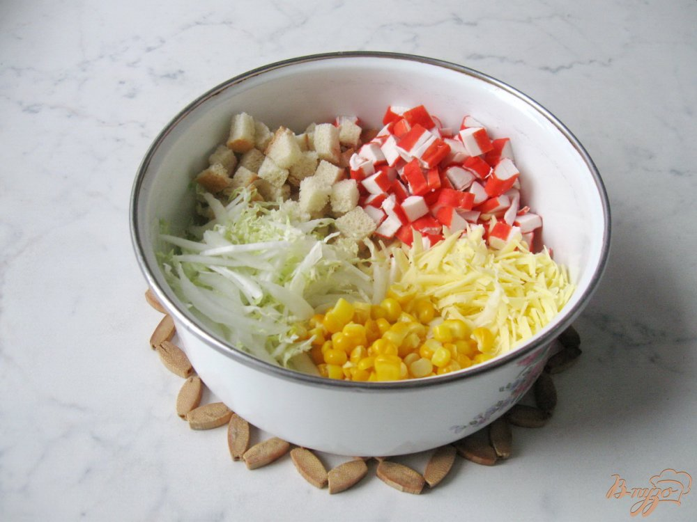 салат с капустой и крабовыми палочками и сухариками и кукурузой и